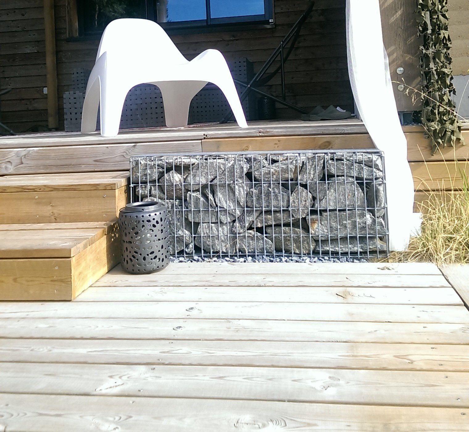 Petit gabion sur terrasse en bois: harmonie du minéral, végétal, bois...