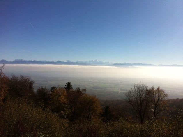 Le Léman dans la brume devant les Alpes