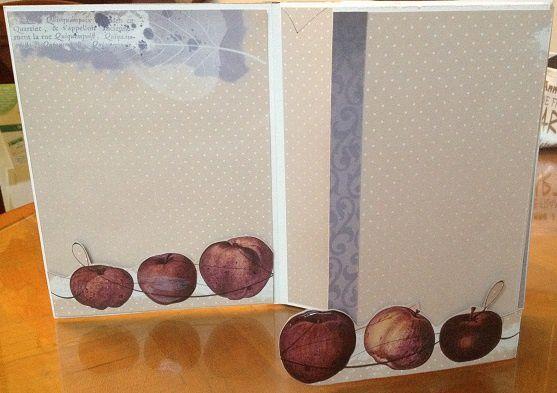 J'ai mis du glossy accent sur 3 pommes pour donner du relief.Les pommes ont été détourées et montées en 3D.Pour former des pochettes.