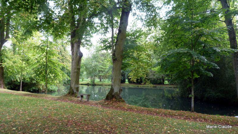 La pièce d'eau est alimentée par la Nonette, affluent de l'Oise.