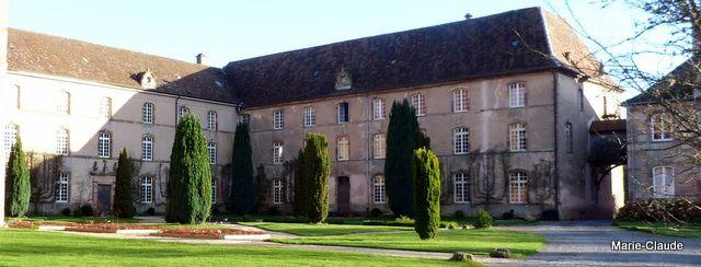 L'ensemble des bâtiments qui abrite une congrégation religieuse : la Communauté des Béatitudes,  entoure un jardin à la française,
