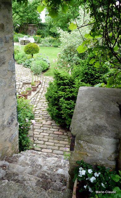 Grimpez quelques marches et vous voilà dans le jardin du haut,