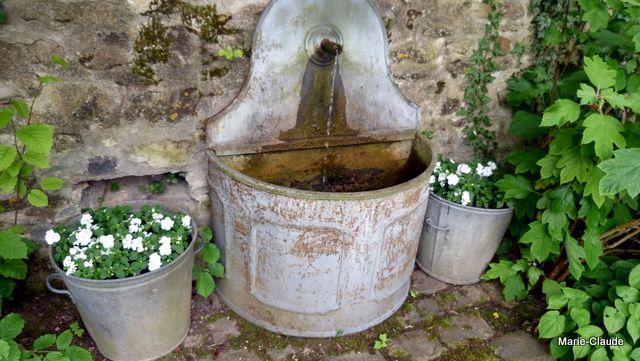 Toujours dans un coin d'ombre cette fontaine en zinc qui glougloute,