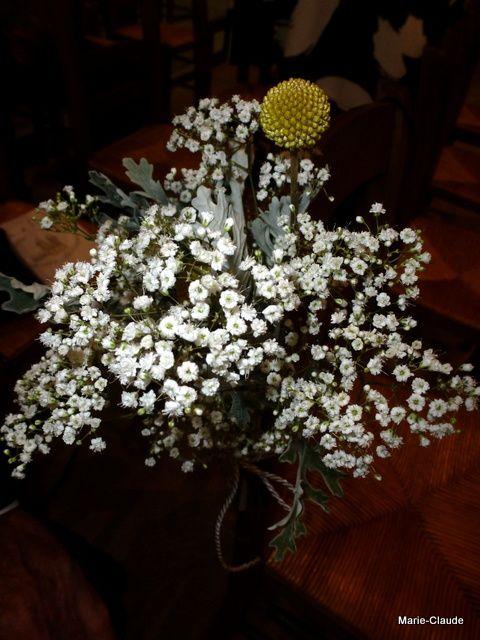 petits bouquets fixés sur les chaises de la cathédrale