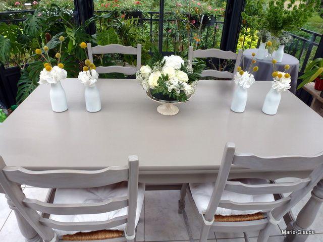 Quelques petits vases récupérés, ils étaient posés sur les tables rondes de la salle lors du repas,