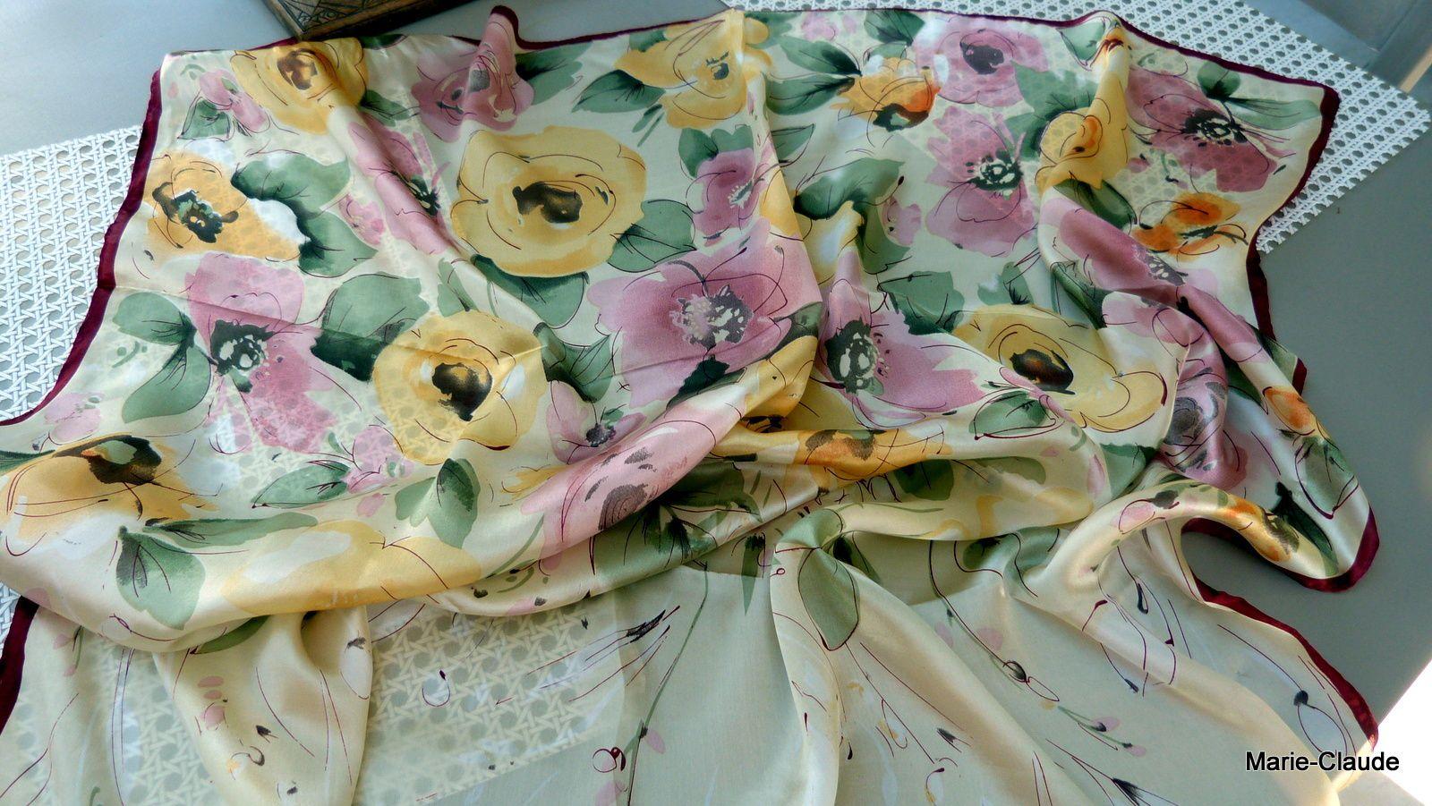 Un foulard très joliment imprimé en dégradé de couleurs