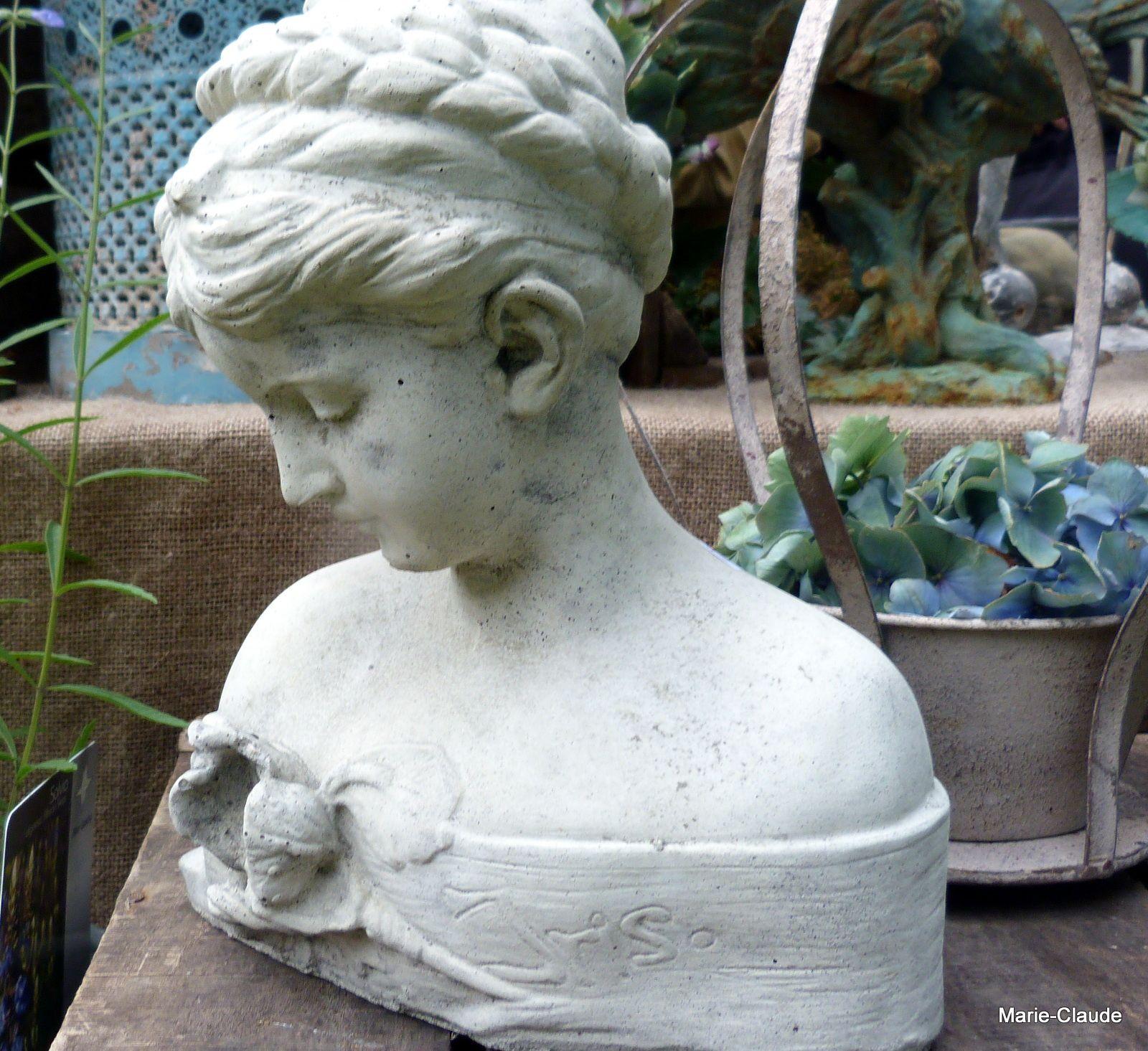 A la Brocante Anglaise, plein de choses dont cette suspension aux angelots et le buste de cette belle pensive