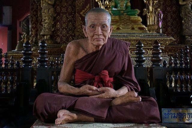 figure de cire de moine bouddhiste en méditation position assise, Wang Wiwekaram Temple, Sangkla Buri, Thaïlande