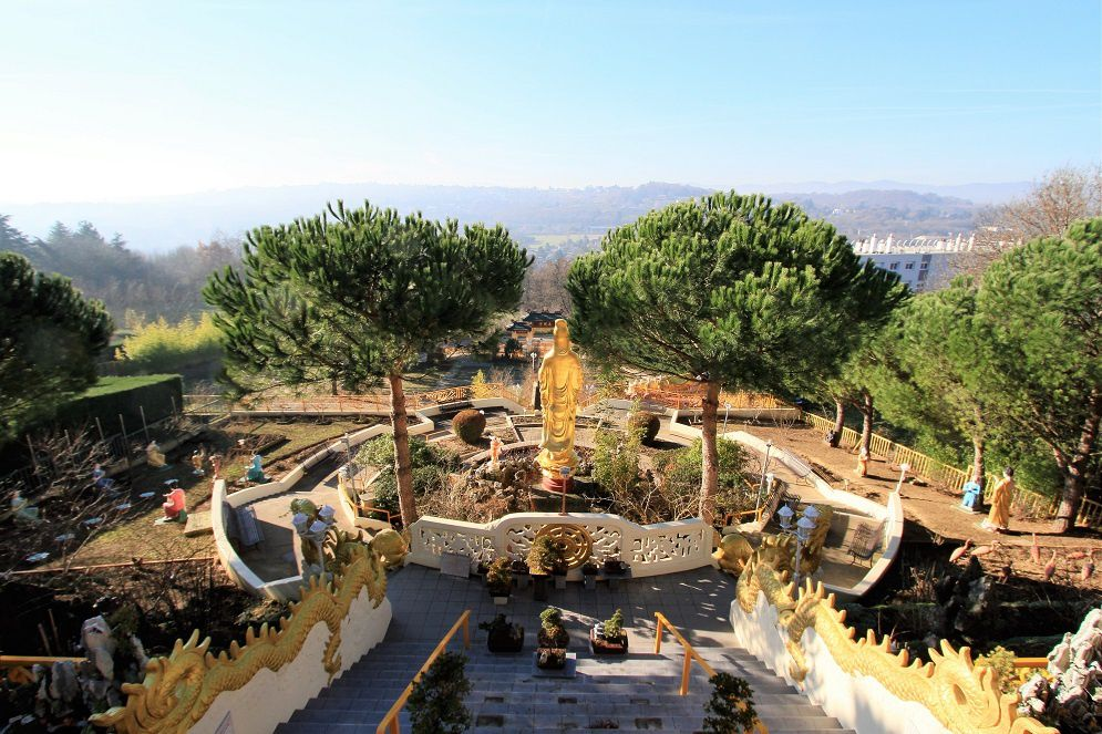 A Lyon, et plus précisemment à Sainte Foy les Lyon, se trouve une pagode bouddhiste merveilleusement bien située. Dans un écrin de verdure, de fleurs, de statues, ce temple dédié au Grand Bouddha a été édifié à la fin des années 1980. Respectant la forme particulière de ces lieux de dévotion, elle a été entièrement financée par des dons. Tout y est : une pagode sur deux niveaux, des stupas dorés, des jardins suspendus, des Bouddhas couchés, des Bouddhas rieurs, d'autres Bouddhas à différents stades de la révélation et de la connaissance. Siège de l'Association Bouddhique Rhône-Alpes, le temple possède une bibliothèque conséquente et dispense régulièrement l'enseignement et des formations. https://www.century21-pi-immobilier-lyon.com/actus/1206588626/