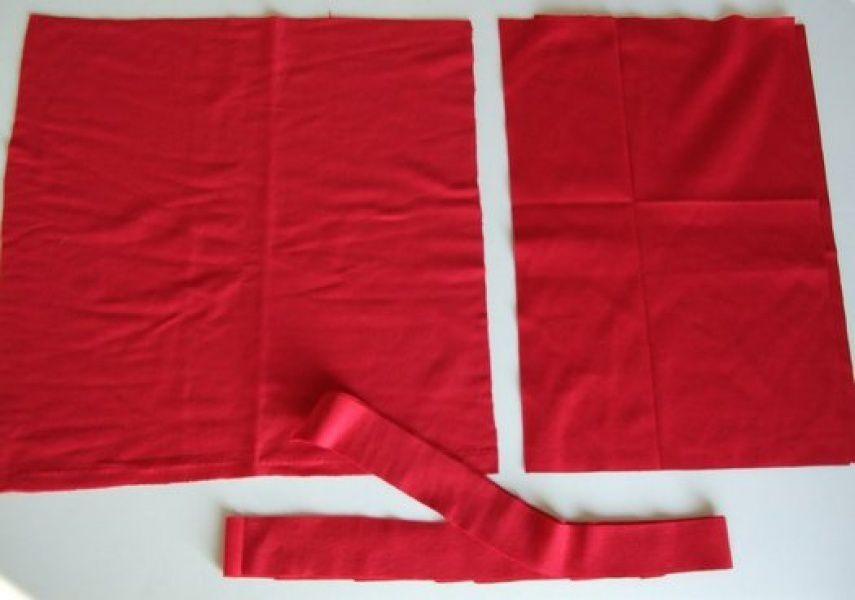 D'abord coupez les tissus, un grand pour la façade et 2 petit pour l'arrière et fermeture (de votre choix)