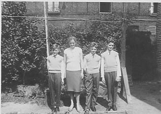 Cour de la gaieté, rue de Flandre, famille en tenue de fête
