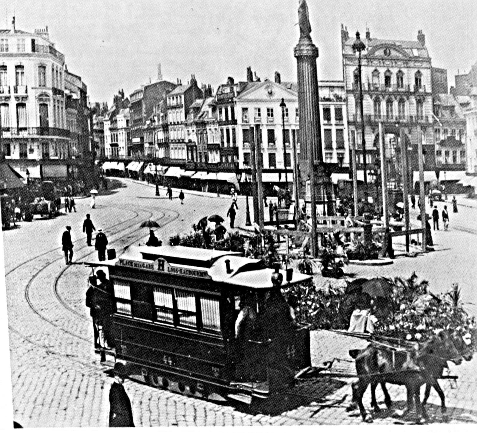 un tramway tiré par 2 chevaux, grand place
