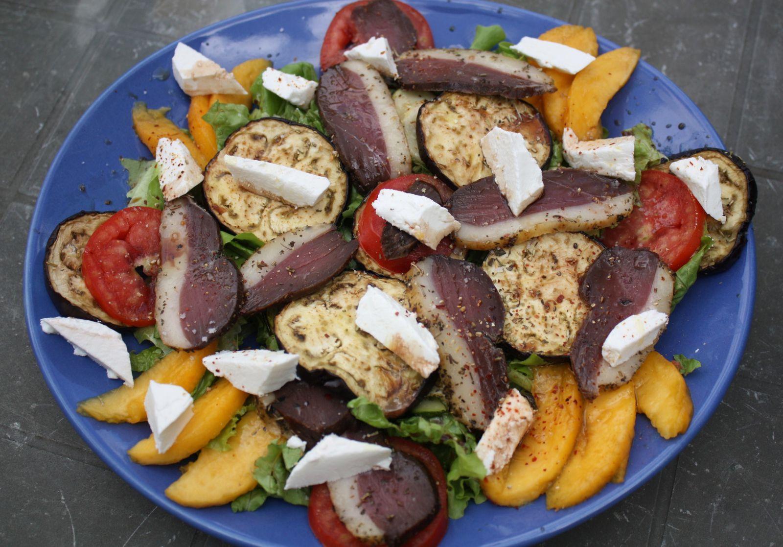 Assiette estivale : tomates, légumes grillés, nectarine et magret fumé