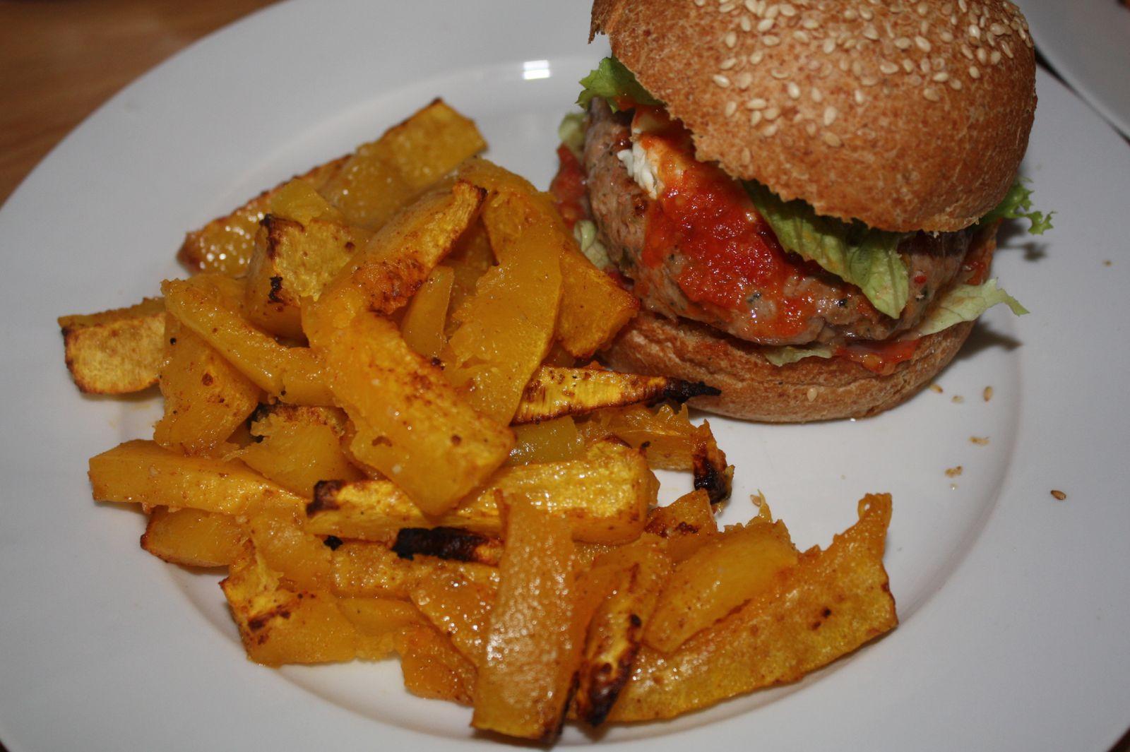 Burger de délice d'agneau, sauce tomate maison &amp&#x3B; chèvre accompagné de frites de butternut
