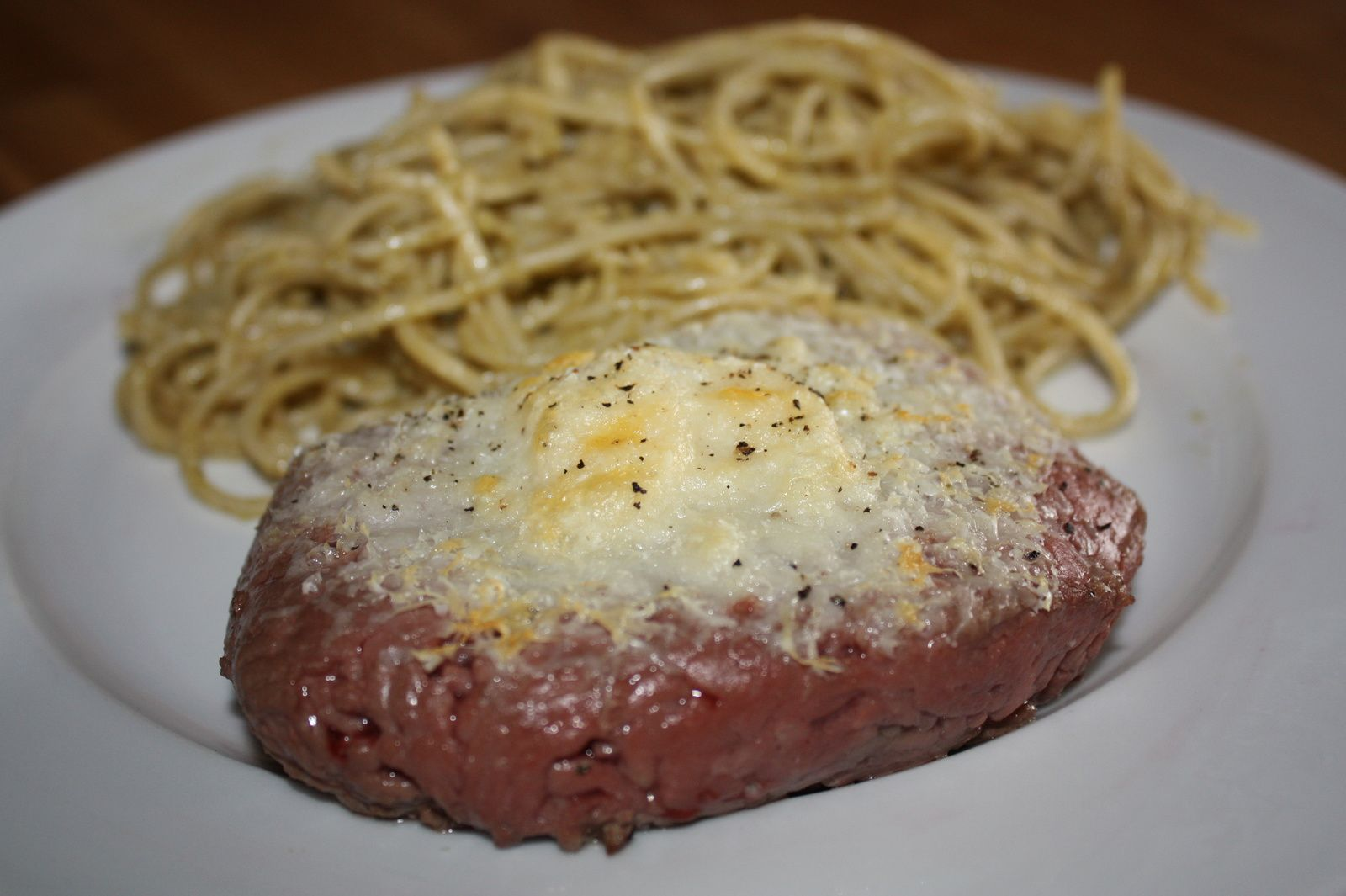 Steak gratiné au parmesan et spaghettis au pesto