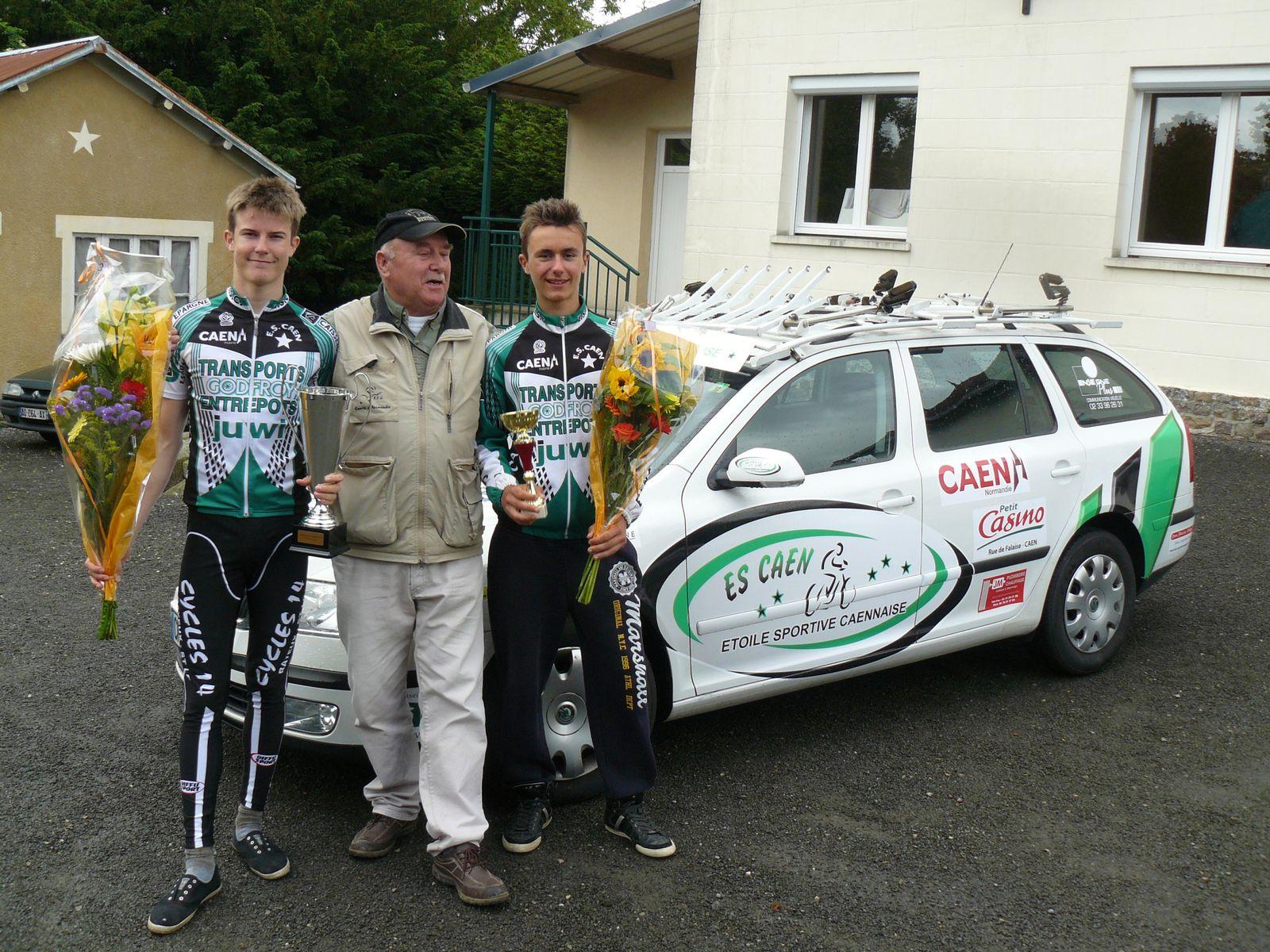 après la remise des récompenses, Grégoire Salmon, Théo Renauld et M. Martin devant la nouvelle voiture du club, superbement décorée (merci Olivier Bazin !)