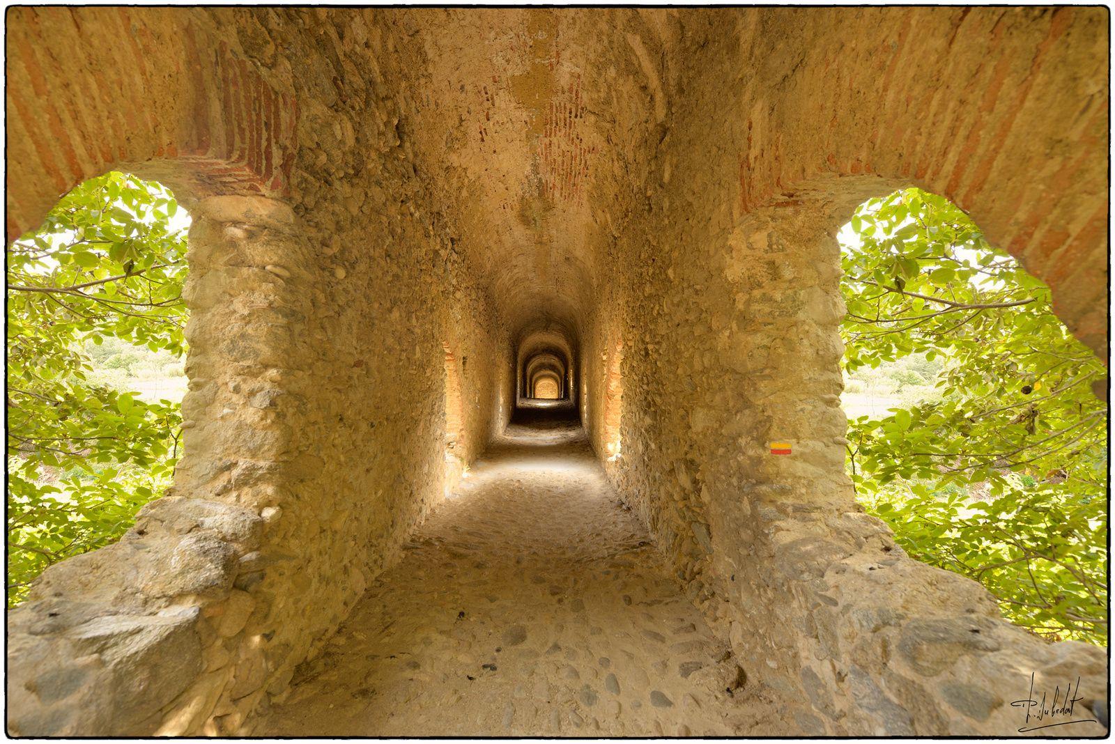 Passage sous l'aqueduc.