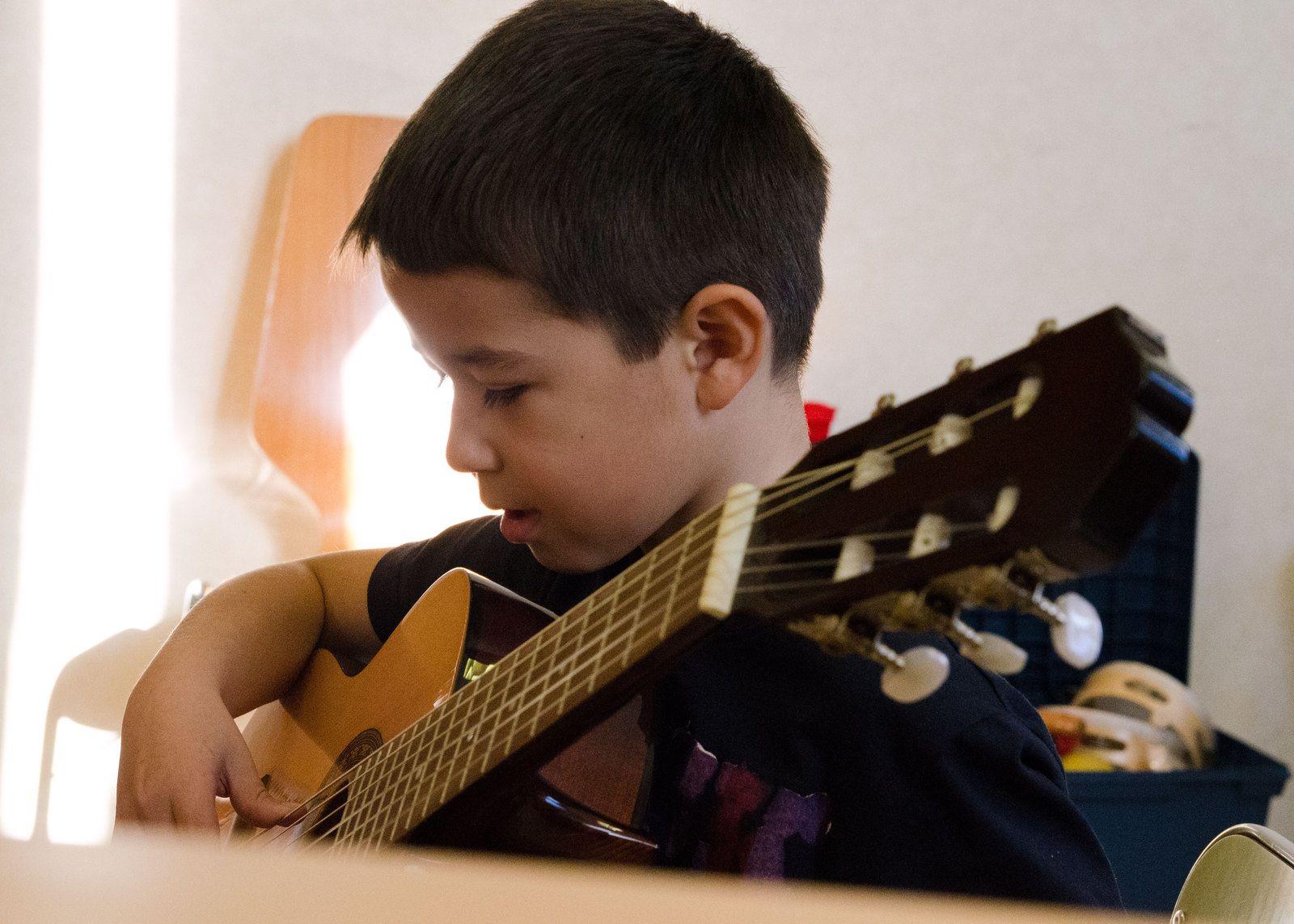 Les Elfes jouent à la guitare