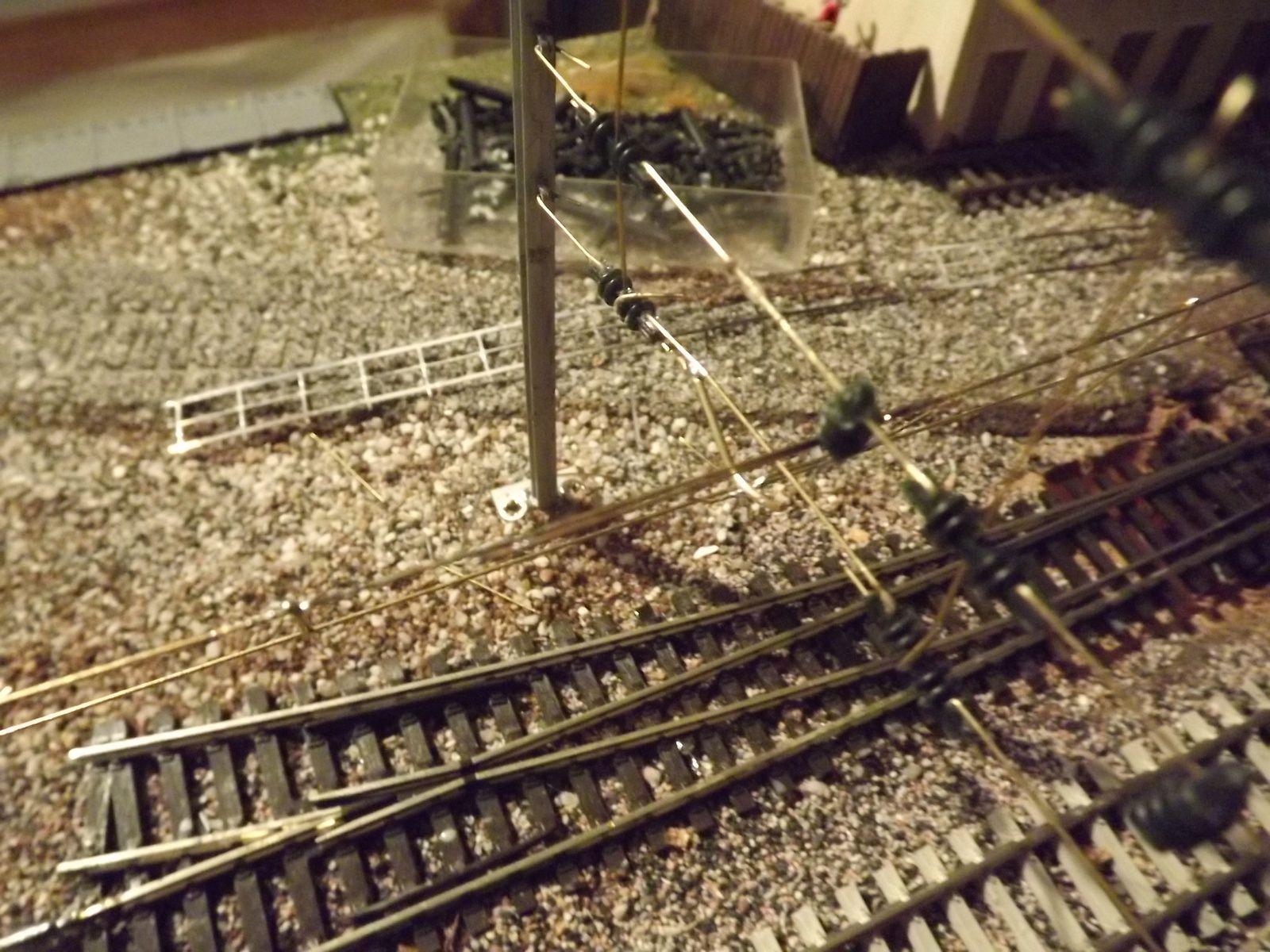 Sécurité oblige  la caténaire est consignée photo 1 voie 2 TOULON le train caténaire tracté par une BB 67400 INFRA travaille