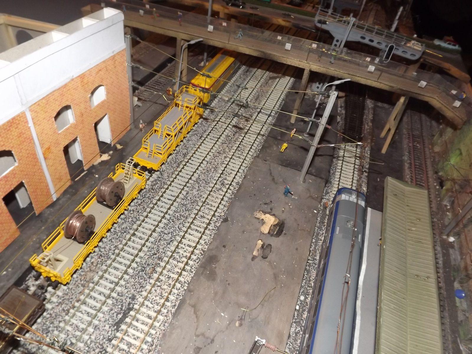 Le train de travaux caténaires est sur voie 2 tracté par un BB 67400 INFRA