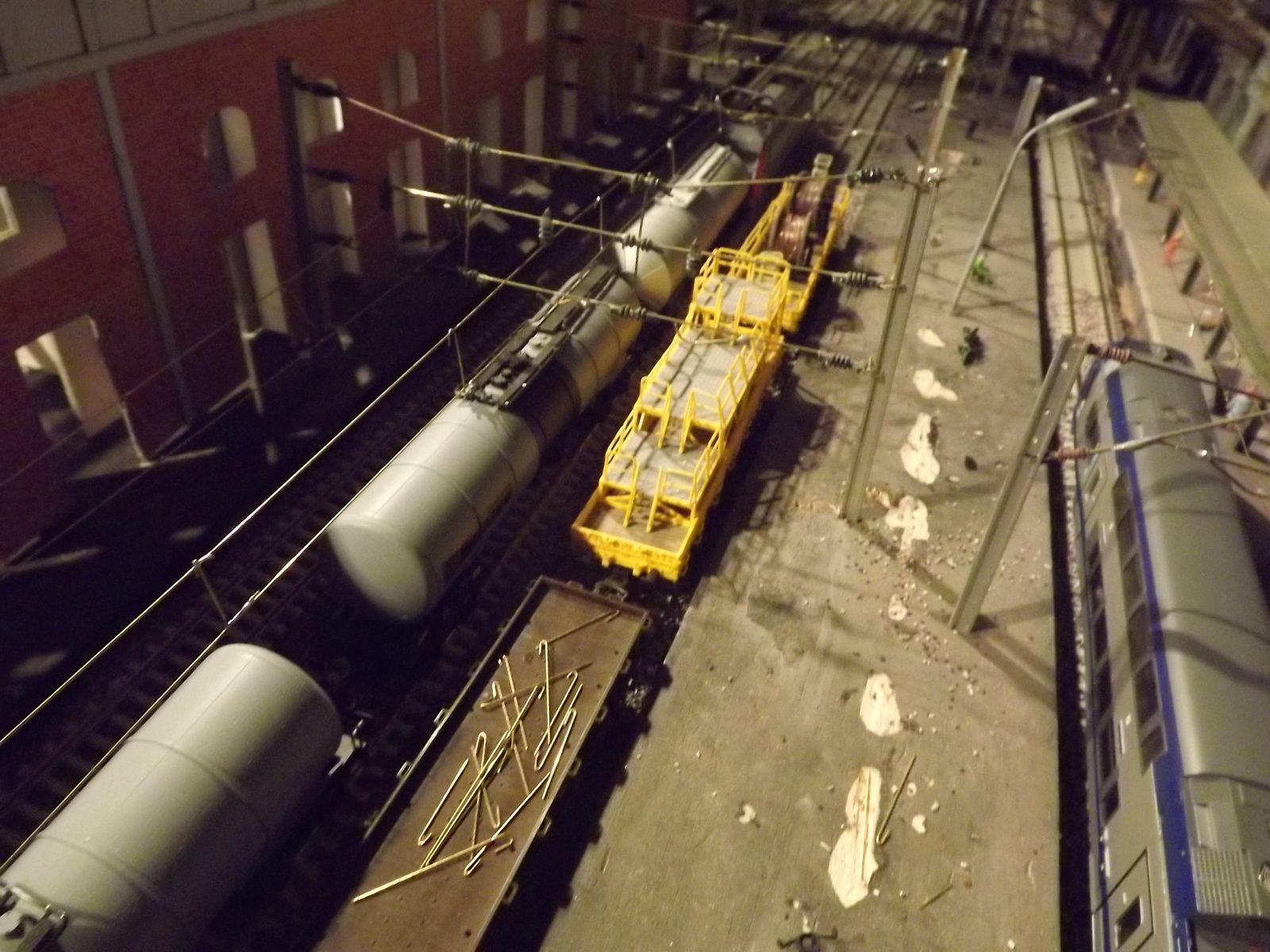 Un train pétrolier avec en tête une BB 26 000 PIKO voie circulation et voie 6 train de travaux caténaires