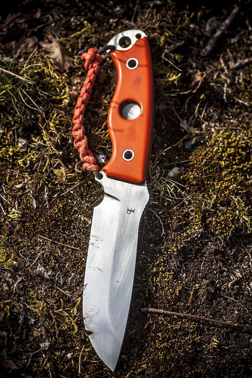 Les trous dans les pommeau de certains couteaux permettent de maintenir une drille , ici le ESEE 5 et le Résilient.