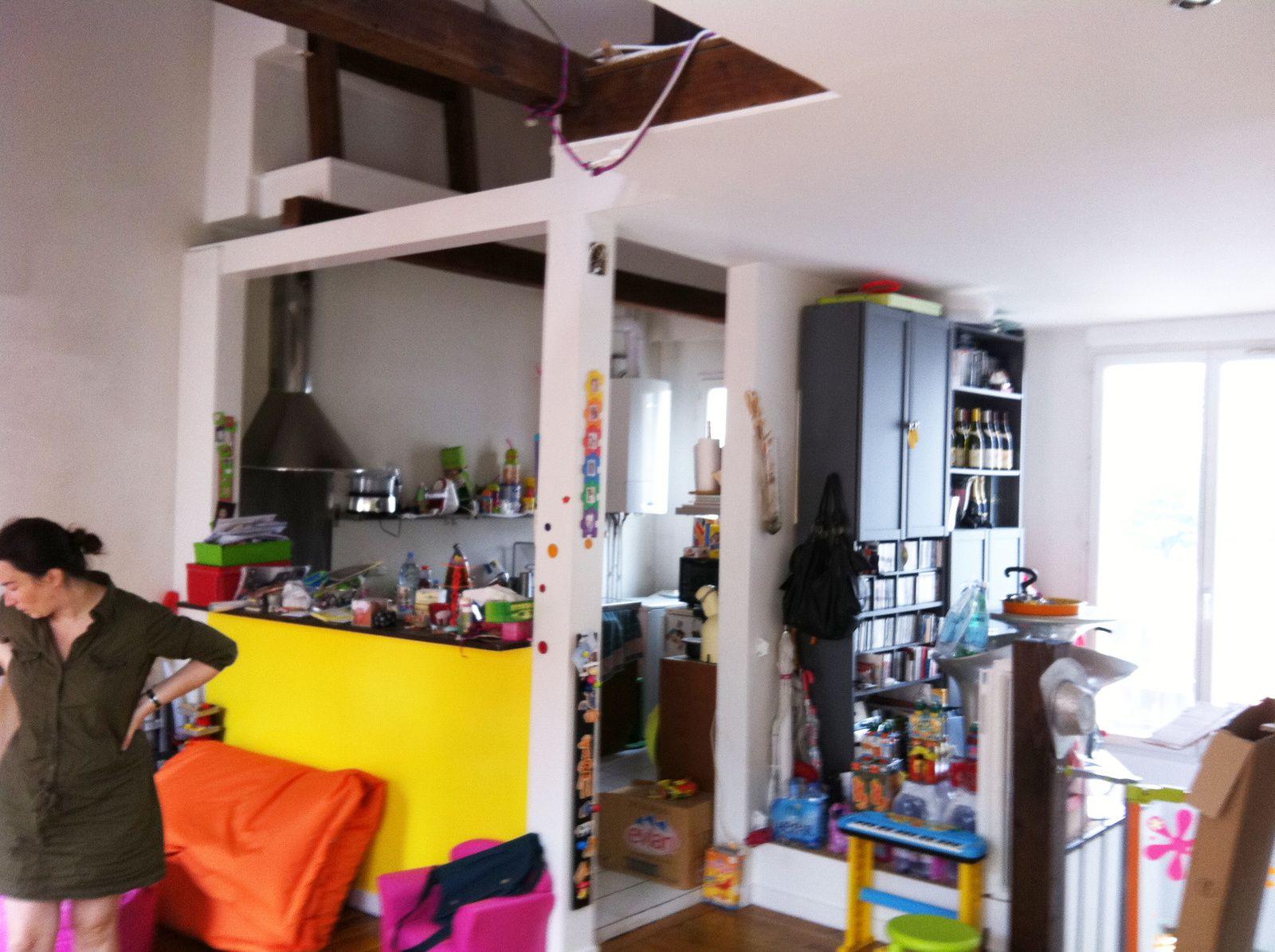Rénovation totale de 70m2 + combles. L'appartement est situé, dans un immeuble du début du XXème siècle, au 5ème étage + un niveau de combles de faible hauteur. Le client, un couple avec deux filles de 3 et 5 ans décide de faire appel à l'architecte pour trouver des solutions concernant :  1. Optimisation de la circulation verticale et l'autonomie des pièces  2. L'indépendance et fonctionnalité des chambres d'enfants  3. Agrandissement de l'espace cuisine avec un espace dinatoire  4. Création d'une chambre d'appoint  5. Création d'une salle de bain parents  Conception Architecturale  Création d'un espace de vie commun convertible, jardin d' hiver transformable en terrasse l'été à partir d'un système de verrière coulissante, sans recourir aux complexes d'étanchéité traditionnels.  Flexibilité et fonctionnalité des chambres d'enfants à partir de l'utilisation de portes coulissantes dans le coin jour comme dans le coin nuit et entre les chambres et l'espace de vie familial.  Création d'espaces de rangements à partir de tiroirs sous rails télescopiques, qui permettent de profiter au maximum du volume du stockage  Matériaux / Equipements / Solutions innovantes  Verrière Coulissante en quatre panneaux avec store intérieur et vitrage avec un facteur solaire qui garantit la récupération des apports solaires en hiver et l'atténuation de la chaleur en été.  Développement durable  Economie d'énergie : Récupération de chaleur solaire en hiver en profitant de l'orientation plein sud du jardin d'hiver – terrasse sous verrière  Ventilation naturelle du niveau comble à partir de positionnement en face à face de velux dans les pièces.  Utilisation du bois (chêne) dans le mobilier et escaliers