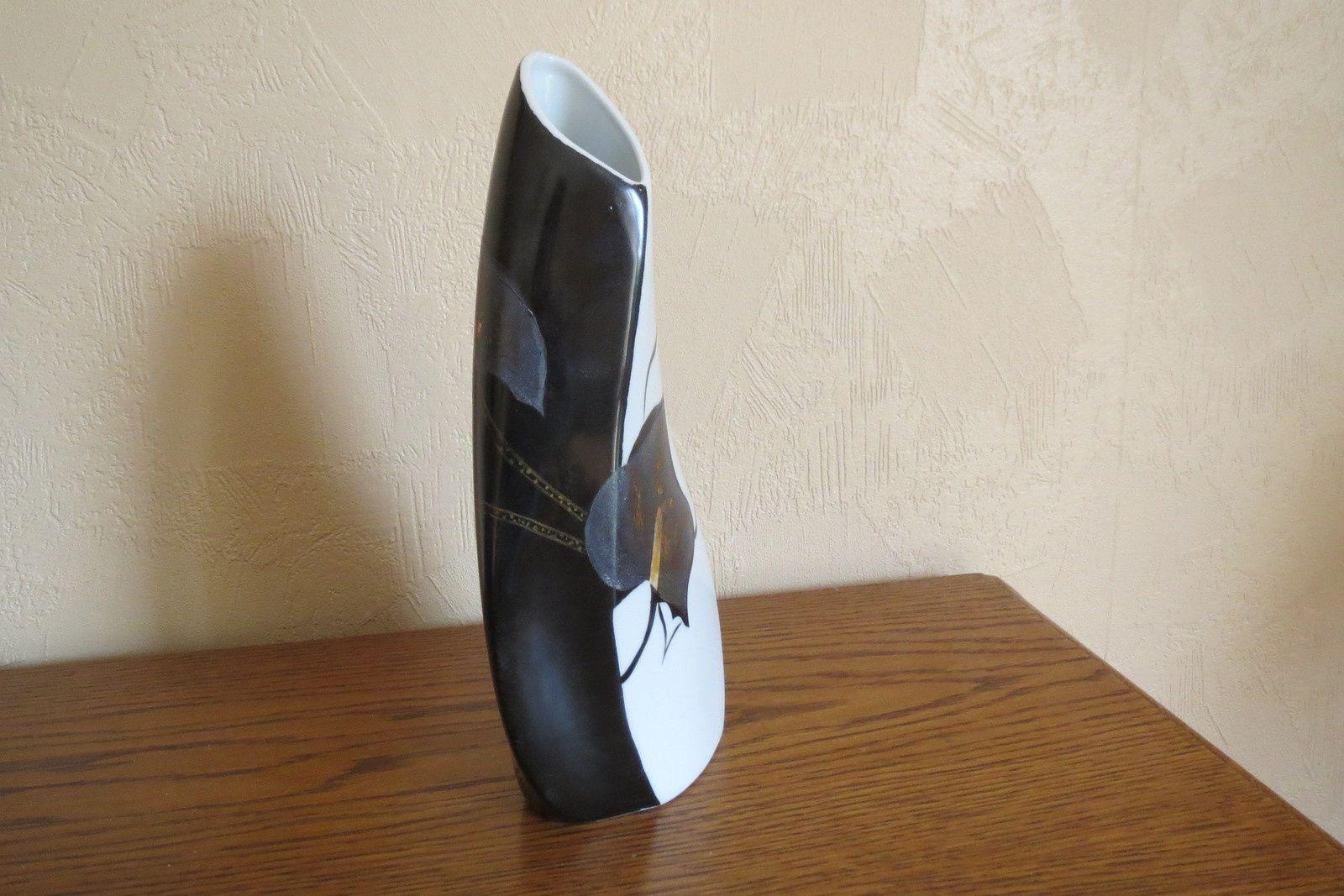un vase noir et blanc