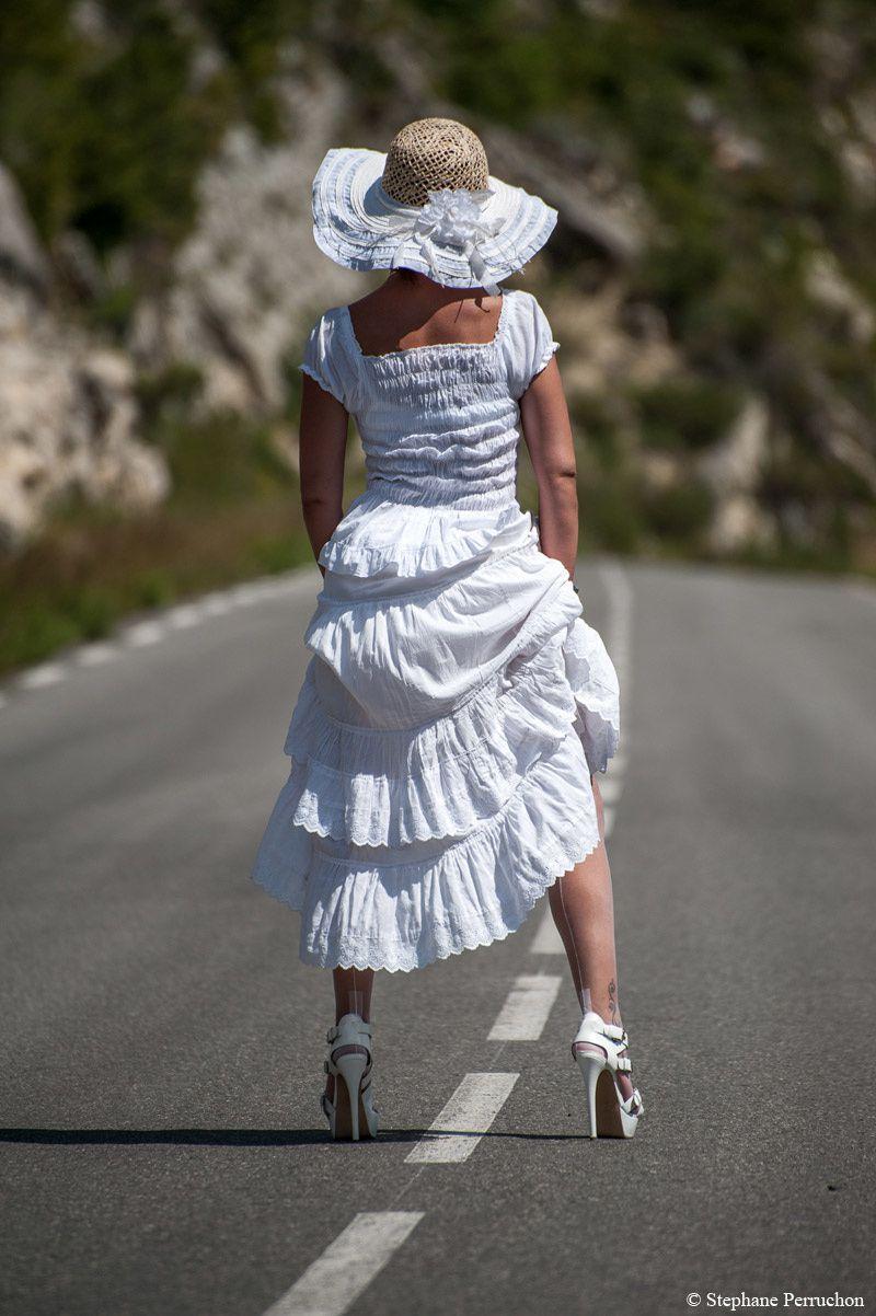 Lescarpin enfile les bas couture blancs