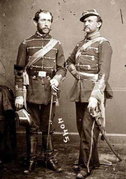 A gauche le Colonel d'Utassy,  le 39th au défilé, à droite les restes du drapeau national original du 39th regiment (musée de l'armée New-York)