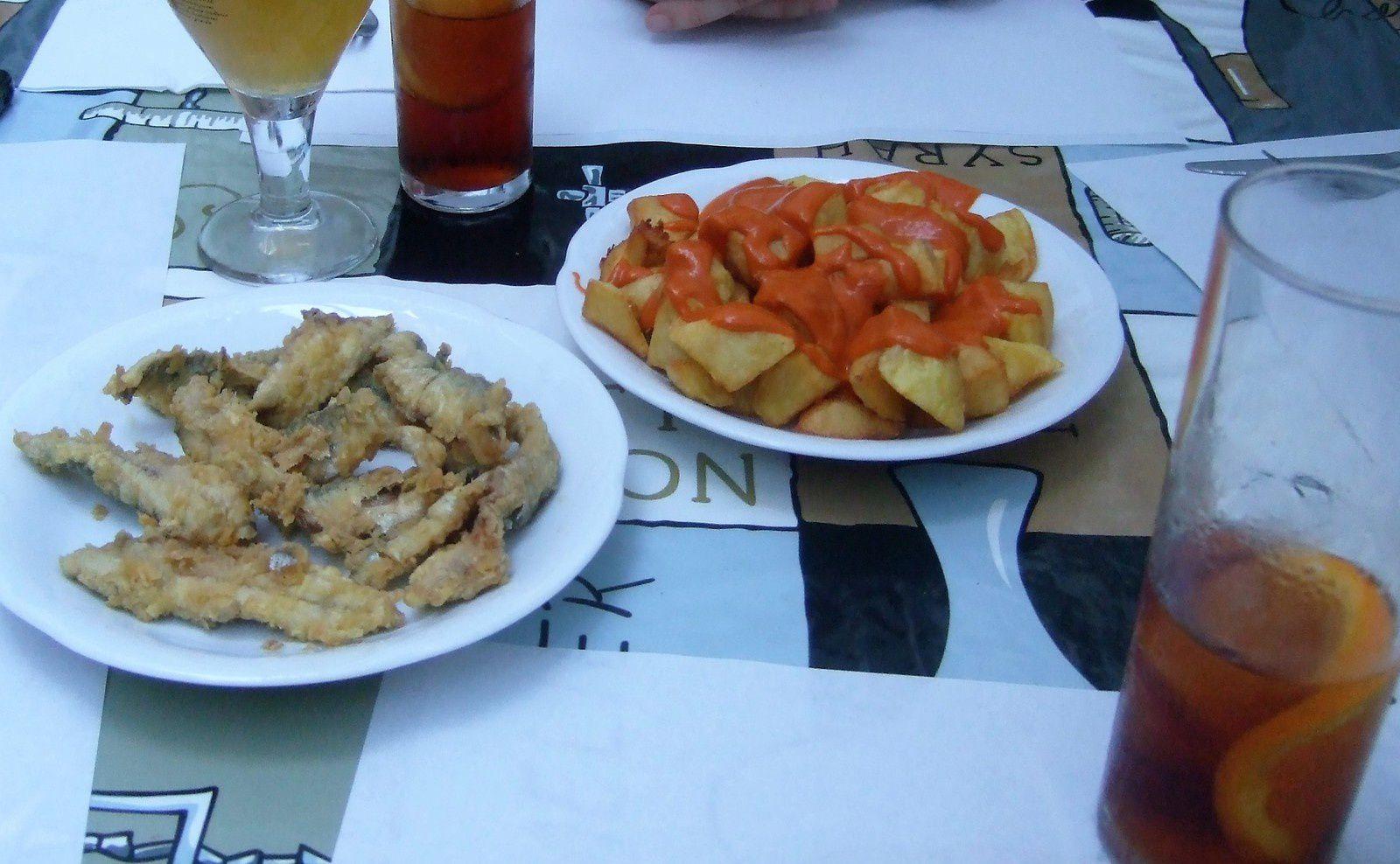 Ce sont des harengs frais frits, des pommes de terre rissolées accompagnées d'une sauce piquante juste ce qu'il faut pour relever le plat un délice , pour faire passer ce délicieux en cas un verre de Vermouth bien frais ...