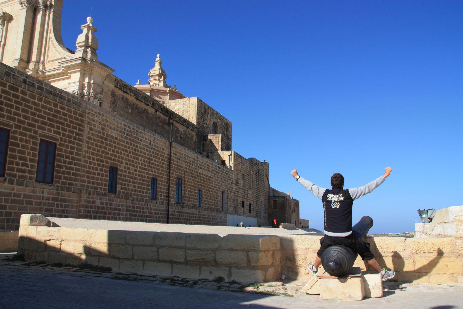 Maurice (moi-même) en vacances à Malte avec sa compagne.