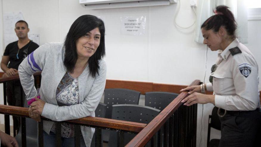 Le tribunal militaire ordonne la libération de Khalida Jarrar mais la garde en prison !