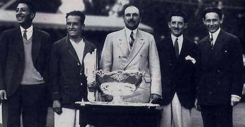 De gauche à droite: Lacoste, Cochet, le président de la fédération internationale, Brugnon et Borotra.