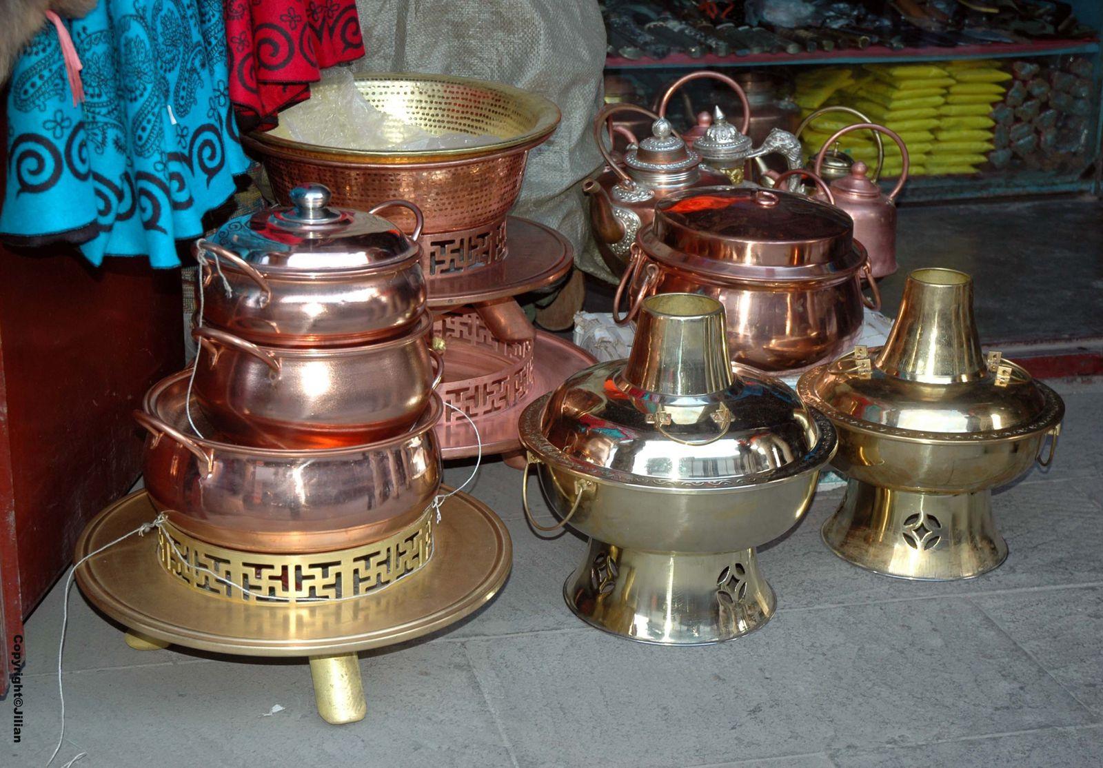Peaux de mastiffs (chiens) tibétains, théières et marmites à fondue
