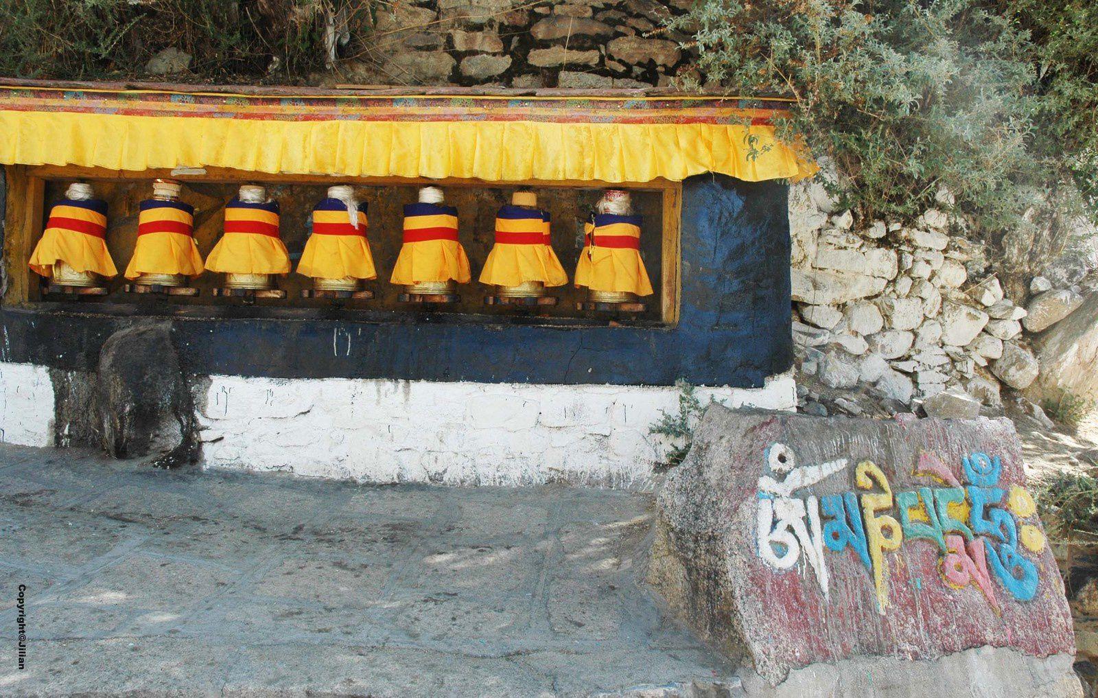 """Au monastère de Drepung, près de Lhassa. Sur la pierre, le mantra de la compassion """"Om mani padme um"""" le mantra le plus courant au Tibet."""