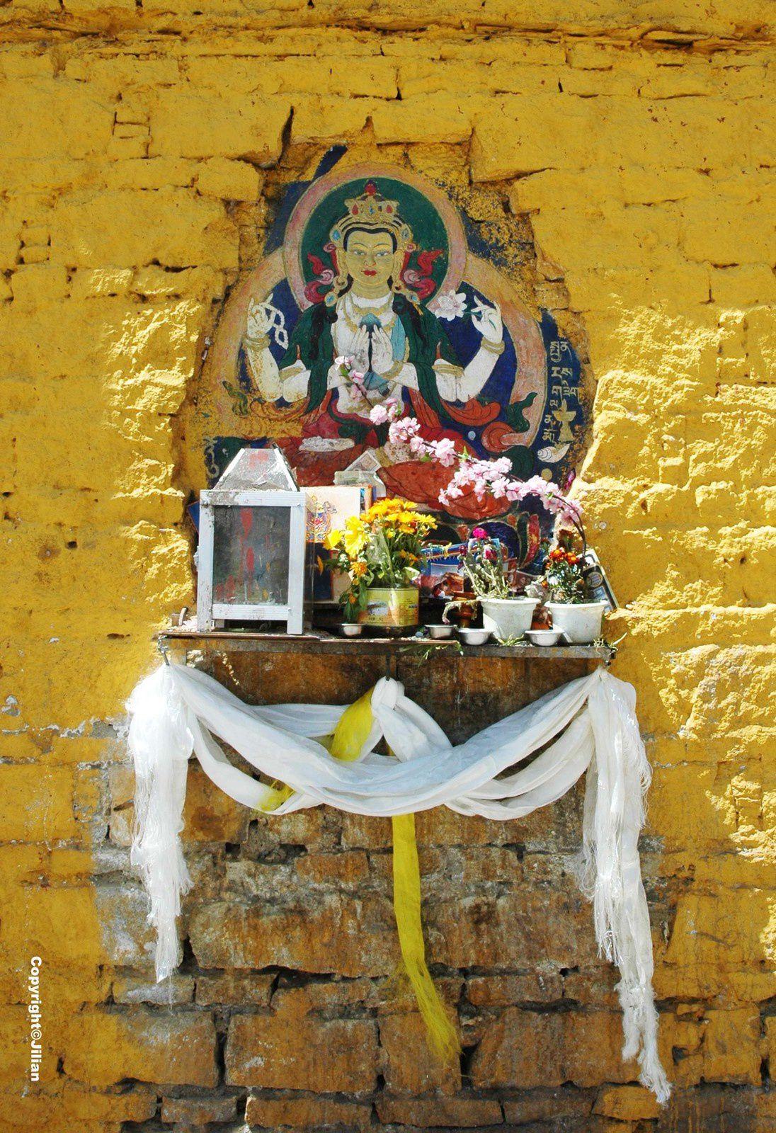 Divinité avec la khata, l'écharpe cérémonielle, le long du Potala à Lhassa