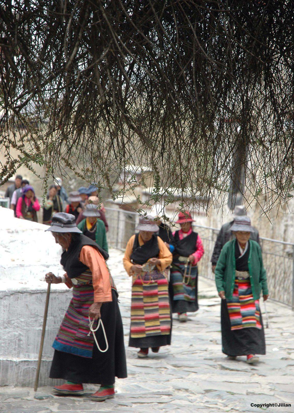 Circumambulation le long du Kora (corridor) qui fait le tour du monastère de Tashilunpo à Shigatse.