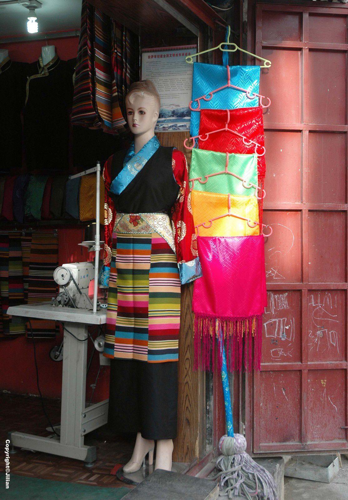 Y'a pas à dire, cette tenue ne va pas aux occidentales ! Un mélange des genres malheureux.