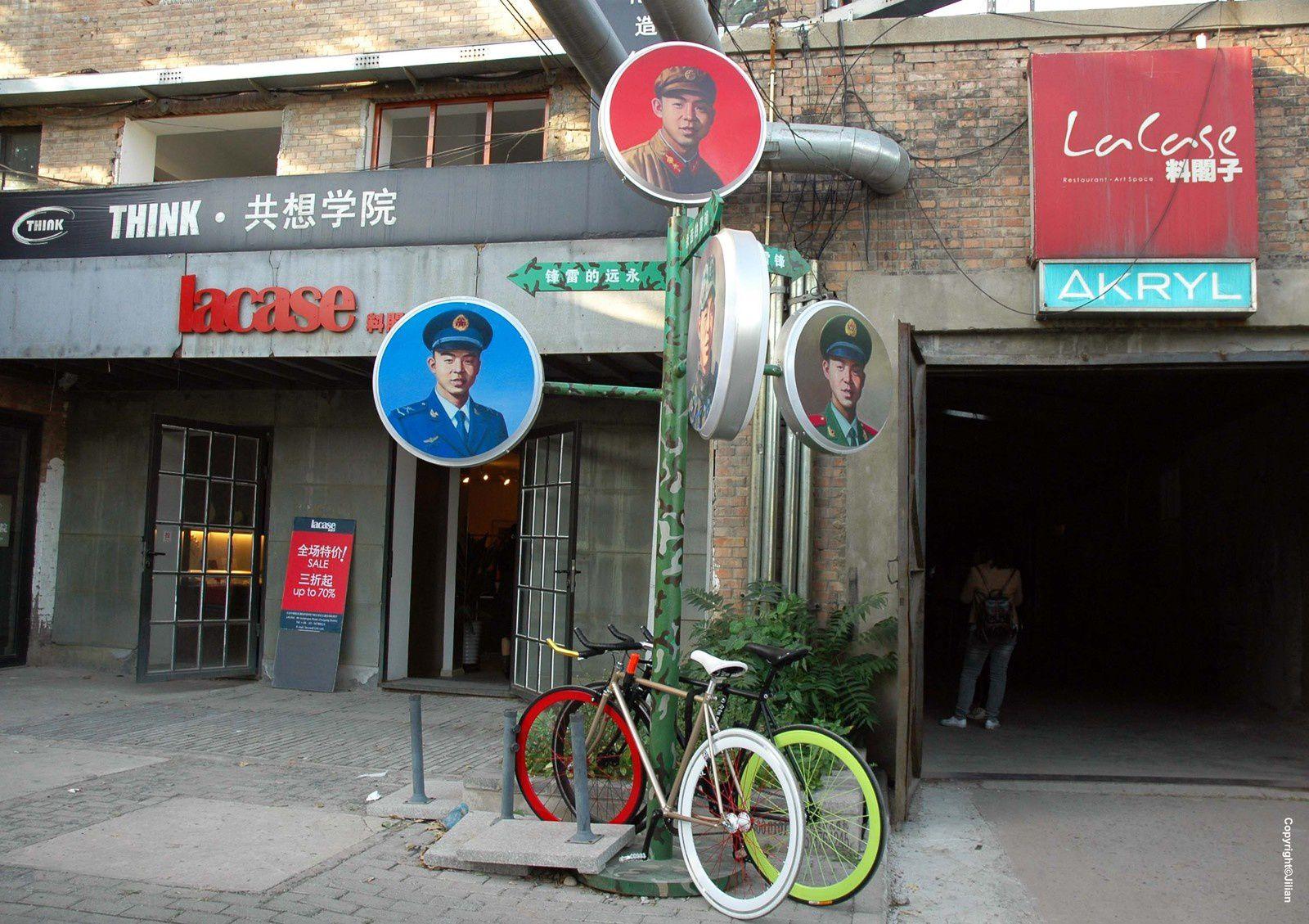 """Un nouveau look pour Lei Feng - 雷锋,ce soldat tiré de sa tombe par Mao dans les années soixante pour en faire l'emblême du dévouement au Parti Communiste Chinois, dans une campagne qui, depuis, revient tous les ans :  """"Imitez le camarade Lei Feng - 向雷锋同志学习"""""""