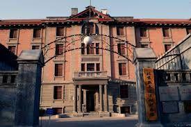 De toute l'ancienne université, il ne reste que ces deux bâtiments dont le principal est devenu le musée du Mouvement de la Nouvelle Culture.
