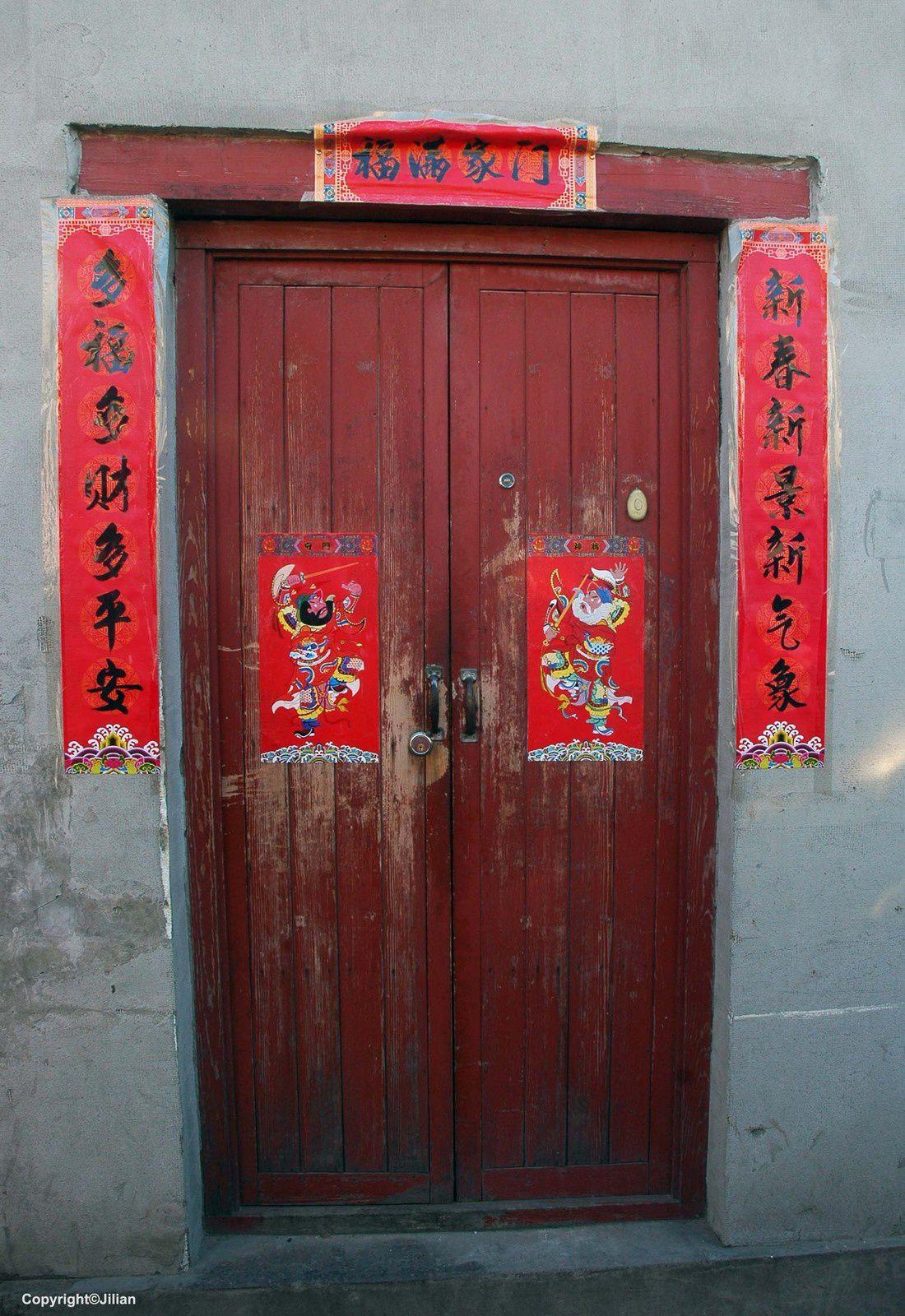 Au-dessus de la porte: pour une maisonnée heureuse &#x3B; à droite : une nouvelle année, une nouvelle situation, une nouvelle atmosphère &#x3B; à gauche : beaucoup de joies, beaucoup d'argent, beaucoup de paix