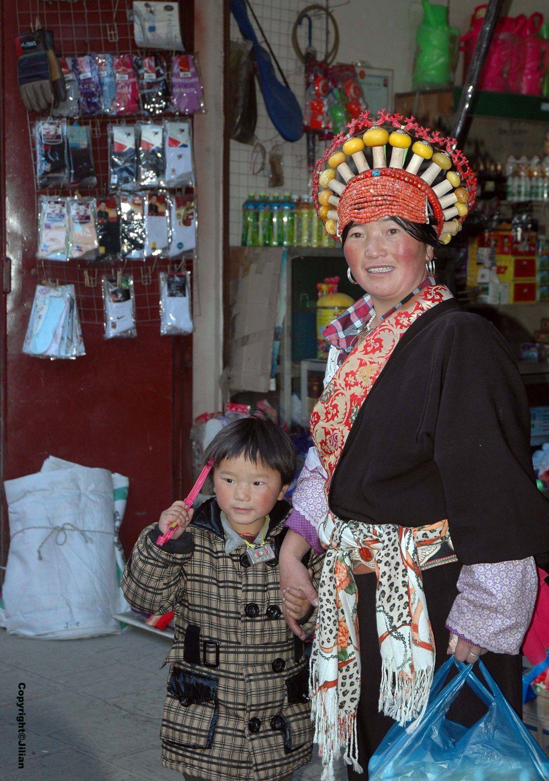Femmes tibétaines. Les coiffes élaborées sont des signes de richesse.