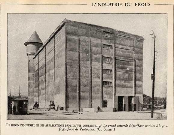 La véritable histoire des Frigos commence juste après 14-18. Nous sommes rive gauche, à la hauteur du Pont de Tolbiac. En face, de l'autre côté du fleuve s'étendent les entrepôts de Bercy.
