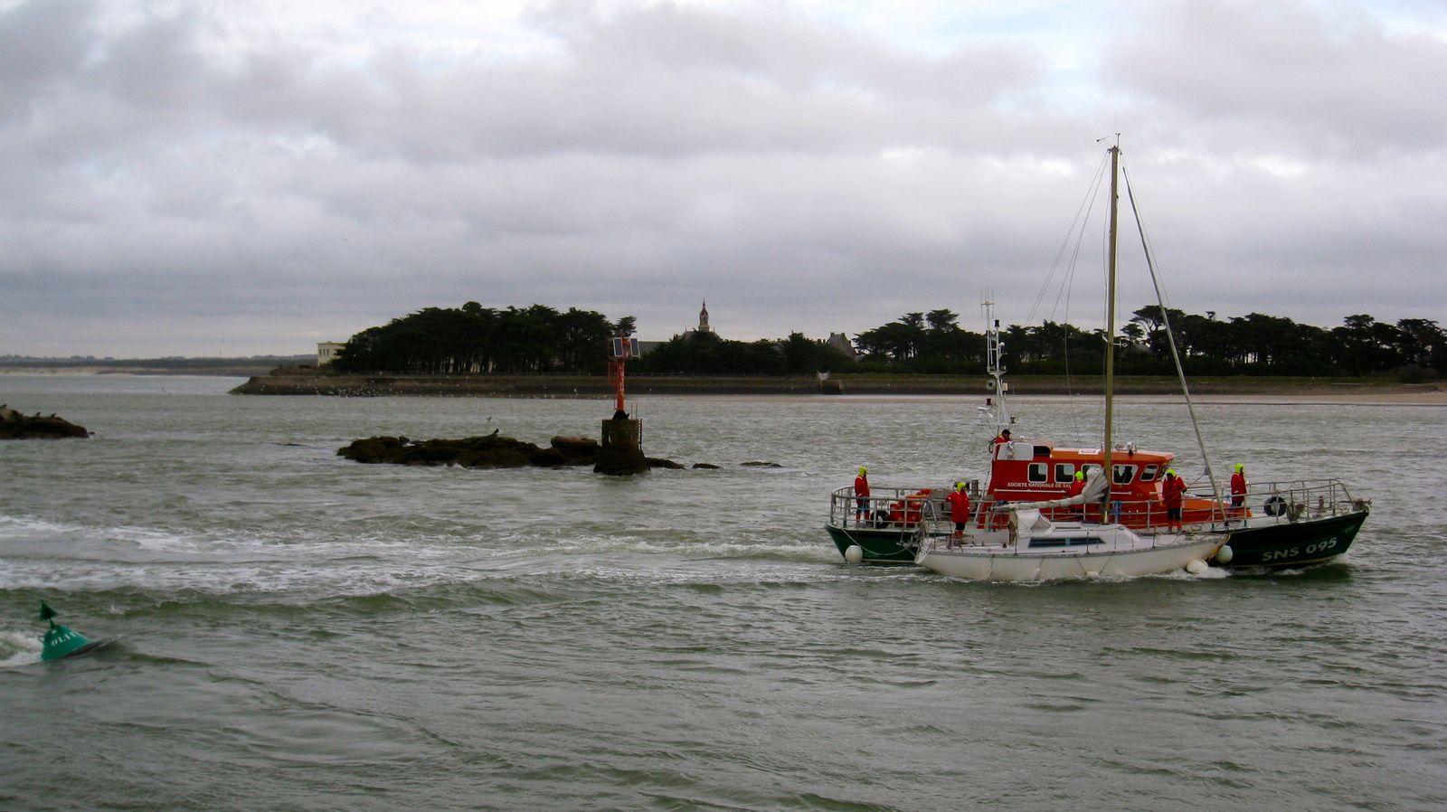 Le cannot de la S.N.S.M. ramène le voilier perdu à bon port. On l'a retrouvé au large des côtes de la Turballe. Cette nuit, son corps mort a cédé sous la pression du courant sortant.