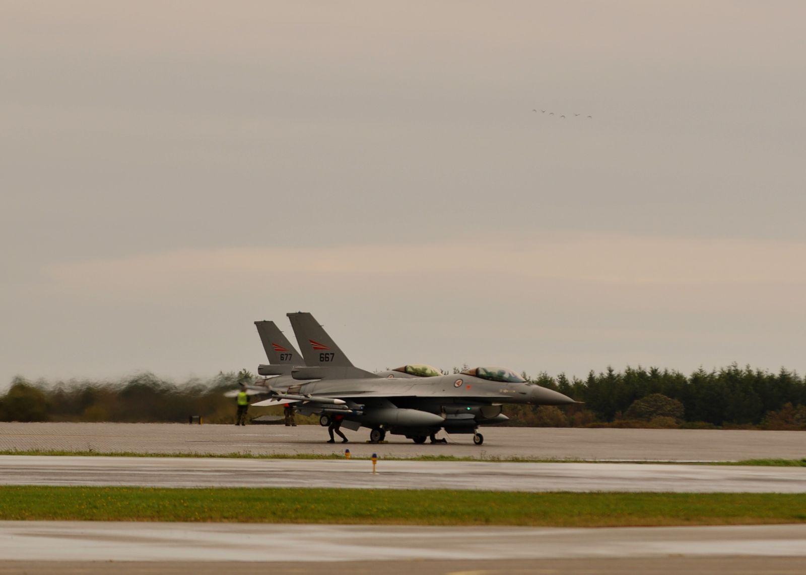 F-16AM norvégiens au roulage avant le décollage.