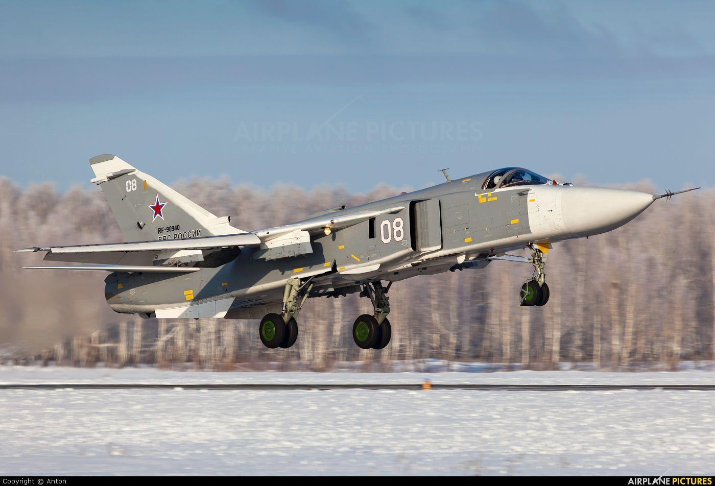"""SU-24 """"Fencer"""" (ici, russe), a une conception proche du F-111 américain."""