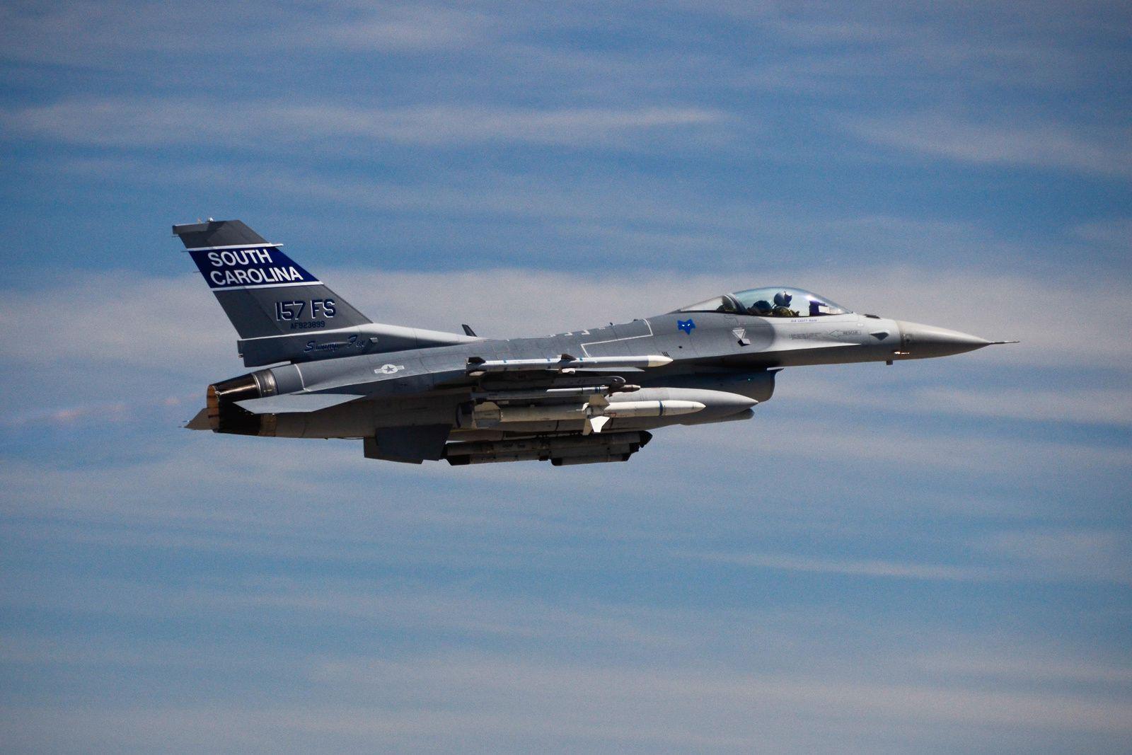 Deux F-16C du 169th Fighter Wing ont dû repérer un bateau qui avait chaviré