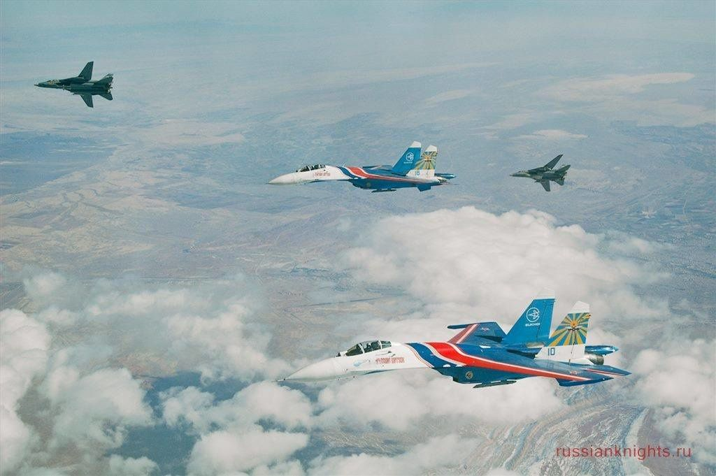 PHOTOS - Les Russian Knights interceptés et escortés par des F-14 et des F-4 Phantom iraniens