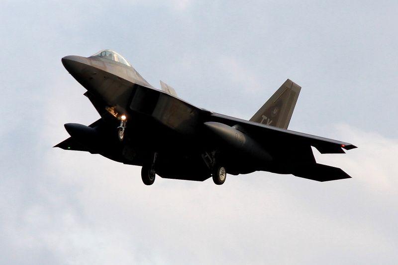 PHOTOS - Les F-22 Raptor se posent sur le sol européen